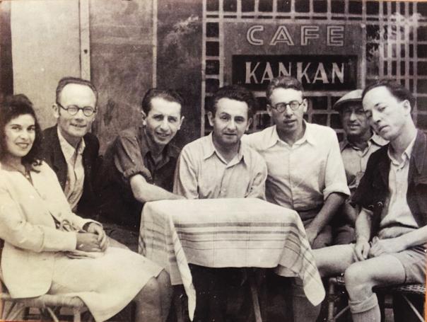 """""""פניתי לאלתרמן כי רציתי חוות דעת ממשורר שאני מעריץ. הוא אמר לי משפט נהדר, שלא אשכח לעולם: 'לא תמיד בחור זוכר מתי הוא אמר לבחורה אני אוהב אותך בפעם הראשונה'. כלומר, יום אחד הפרסום יגיע חבורת """"מחברות לספרות"""" בבית הקפה """"קנקן"""", ראשית שנות הארבעים. אלתרמן שלישי משמאל"""
