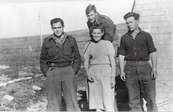 """""""בחרתי בחטיבת הנגב, איתם נלחמתי עד דגל הדיו באילת"""". חיים גורי (משמאל), ערב מבצע עובדה, 1949 צילום: אוצר תמונות הפלמ""""ח"""
