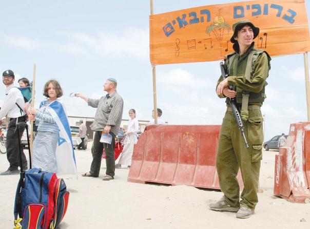 המערכה הייתה פנים ישראלית. הכניסה ליישוב שירת הים, גוש קטיף, 2005 צילום: מרים צחי