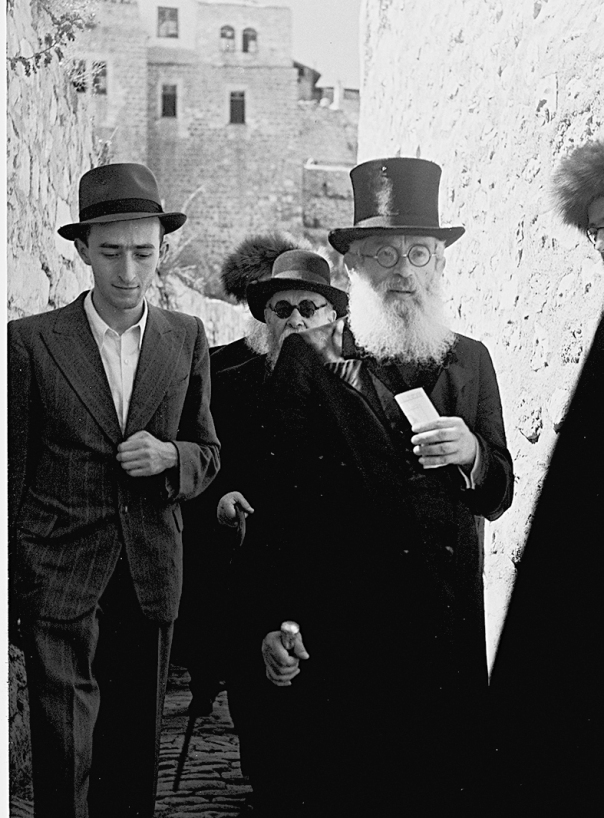 משמאל: התבוננות בחילוניות הישראלית. הרב יצחק הרצוג, 1945 צילום: קלוגר זולטן ‰¯· ‰¯‡˘È ȈÁ˜ ‰¯ˆÂ' ·È¯Â˘ÏÈÌ, ·Á' ÒÂÎÂ˙.
