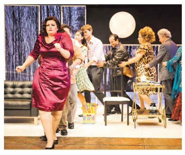 דרמה סאטירית על פתולוגיה של חירשות רגשית-חברתית. מתוך 'איבנוב', התיאטרון הקאמרי צילום: ליאור נודלמן