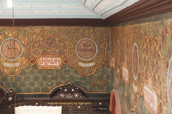 בשל מצב כלכלי רעוע השתמש שטרק בביצים להכנת הצבעים שלו. ציורי הקיר בבית הכנסת עדס, ירושלים צילום: דן פורגס