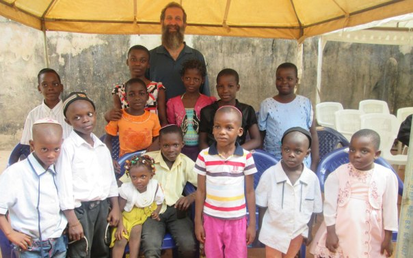 """""""אתה מישראל? אז אנחנו אחים"""" הרב אליהו ברנבוים עם ילדי שבט האיבו, ניגריה"""