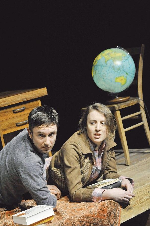 """ביקורת חריפה על נאורות ורגישות מודרנית. מתוך ההצגה """"אסרה"""", תיאטרון ברלין צילום: גטי אימג'ס"""
