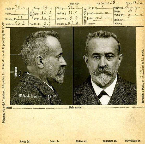מחלוצי הזיהוי הפלילי. תמונת פורטרט עצמית של אלפונס ברטיון על–פי שיטת צילום הפושעים שהמציא, 1912