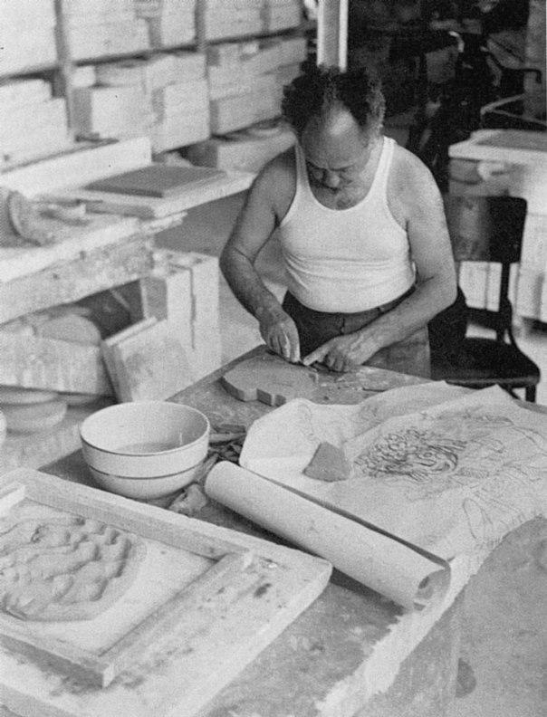 """""""הרגשתי שבין המגמה האסתטית שלהם לשלי היתה תהום"""". מירון סימה עובד על תבליט קרמיקה עבור """"בית גורדון"""", 1956  צילום: דוד רובינגר"""