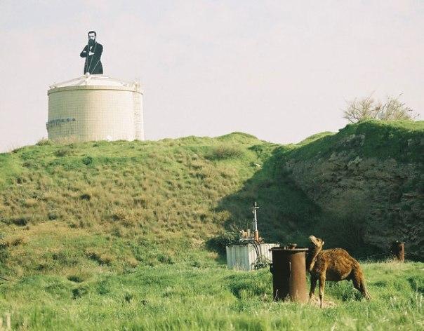 """לפי שטיינר, """"נוכל המוליך שולל את בני–עמו"""". דמותו של הרצל על מגדל המים בכניסה להרצליה צילום: אורן פלב"""