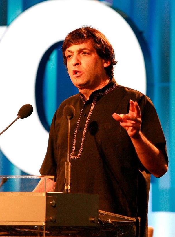 חופש פנימי והתנערות ממוסכמות בד בבד עם ציות לכאורה. דן אריאלי בהרצאה, לובש חולצה הודית צילום: אי.פי.אי