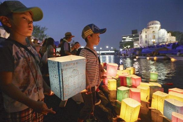 המשטר הנאור הוא שפתח את השער לעידן אימת האטום. אירוע לציון שבעים שנה להטלת פצצת האטום על הירושימה, יפן, 2015  צילום: אי.פי.אי