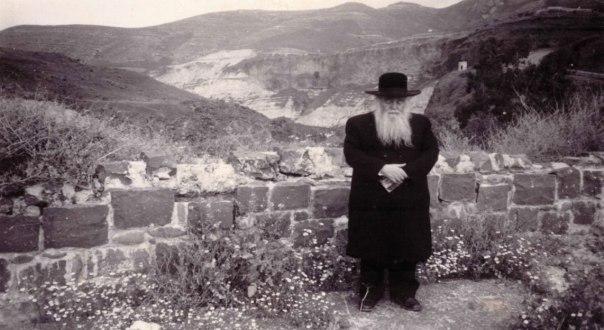 """האמין שמציאת כלי המקדש האבודים תביא לביאת המשיח. הרב גץ מתפלל בחמת גדר, 1990 הצילומים בכתבה באדיבות הספר """"רב הכותל"""" והמשפחה"""