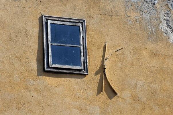 החלון הוא תזכורת שיש עולם בחוץ ויש חיים מעבר לתיקייה ולטפסים צילום אילוסטרציה: שאטרסטוק