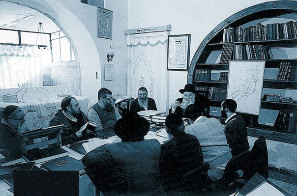 """החזיר את הישיבה למקומה המקורי. הרב גץ מעביר שיעור בחדר הרש""""ש בישיבת המקובלים בית אל"""