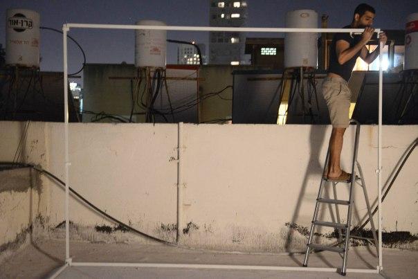 """הישיבה בה מעלה את זכויותיהם של ישראל לפני הקב""""ה. בניית סוכה צילום: דניאל שטרית, פלאש 90"""