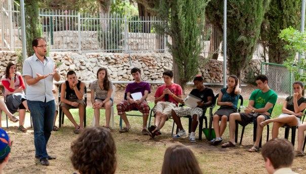 משמאל: מפגשים רבניים מסוג חדש. קהילת הבוגרים של עמיתי ברונפמן צילום: עמיתי ברונפמן