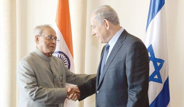 """היהדות לא עניינה אותם. נשיא הודו, פרנב מוקהרג'י, במפגש עם נתניהו בביקורו בישראל בשבוע שעבר.  צילום: חיים צח, לע""""מ"""
