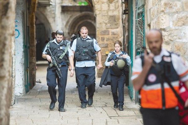 מופת למסירות והקרבה. שוטרים ברחוב הגיא בעיר העתיקה בירושלים, לאחר פיגוע הדקירה במקום צילום: יונתן זינדל, פלאש 90,  למצולמים אין קשר למאמר