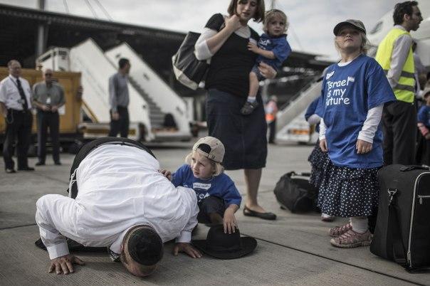 """הציונות היא ההזדמנות של היהדות שעוותה בגלות. עולים מארה""""ב בשדה התעופה בן גוריון, 2013 צילום: אי.פי.אי"""