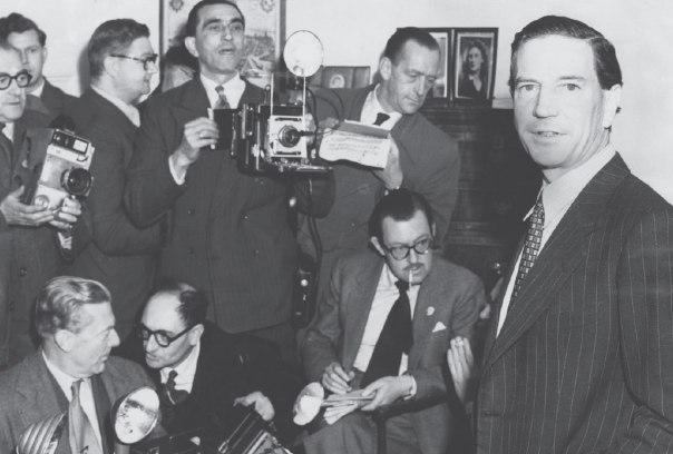 סיפורו של אדם המבקש להיות חבר במועדונים יוקרתיים יותר ויותר. פילבי (מימין) במסיבת העיתונאים לטיהור שמו, לונדון, 1955 צילום: מתוך הספר, גטי אימג'ס