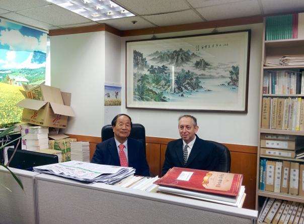 קובי סגל עם פרופ' יו במשרדו.