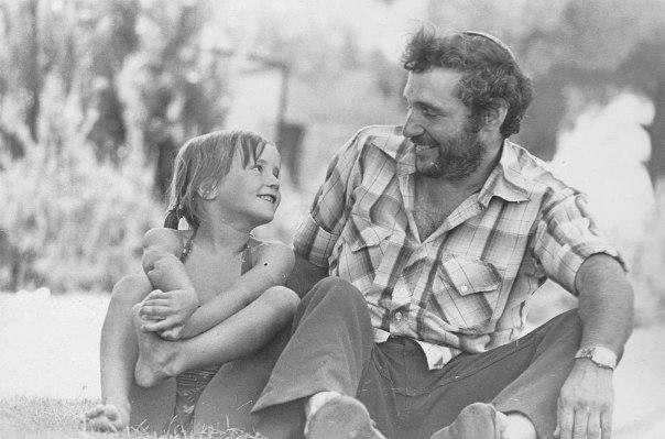 אבהות רגישה וקשובה. חנן פורת עם בתו אמנה, 1982 צילום: באדיבות המשפחה
