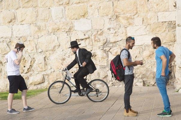 מחפשים מערכת יחסים בראיה בינם ובין העבר, ירושלים, 2015 צילום: נתי שוחט, פלאש 90