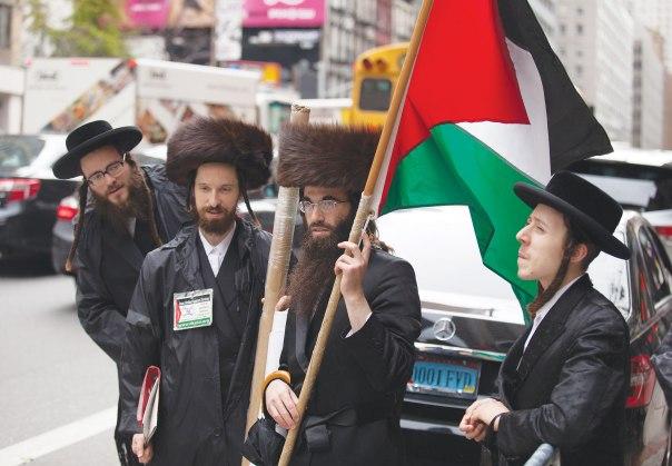 """זו בדיוק טענתם. אנשי נטורי קרתא מפגינים עם דגל פלשתין מחוץ למטה האו""""ם, ניו יורק 2015"""