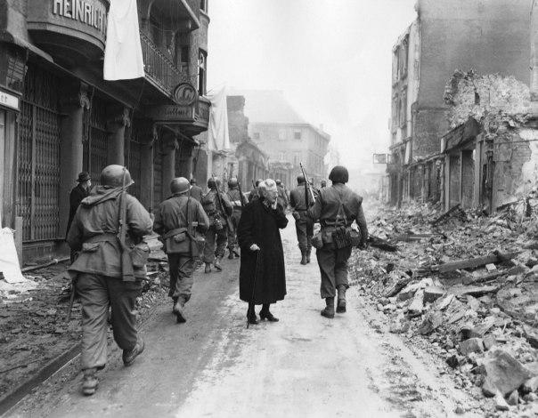 השמחה הייתה מהולה ביגון, בשבר אישי, במאבקי הישרדות. אישה מתבוננת בהריסות, ימי סיום המלחמה בגרמניה, אפריל 1945 צילום: שאטרסטוק