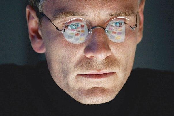 """שקוע במסך הטכנולוגי, ומתקשה להרים ראש ולומר לזולתו שלום. מתוך """"סטיב ג'ובס"""" צילום: יח""""צ"""