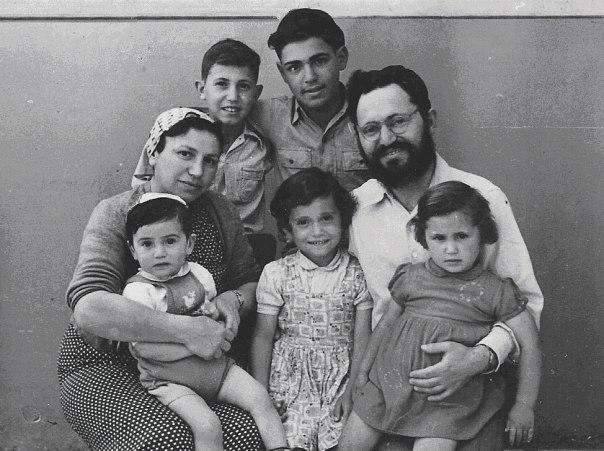 """האישיות שלו הייתה הוד. הוא ביטא את זה בשירה. הרב והרבנית נריה עם ילדיהם תשי""""ז צילום: מארכיון המשפחה"""