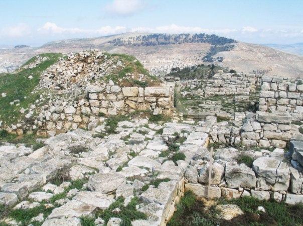 הציבור הדתי הפך להיות לבמה המרכזית שבה הציג זרטל את ממצאיו. אתר ארכאולוגי הר גריזים, ברקע: הר עיבל צילום: Bukvoed