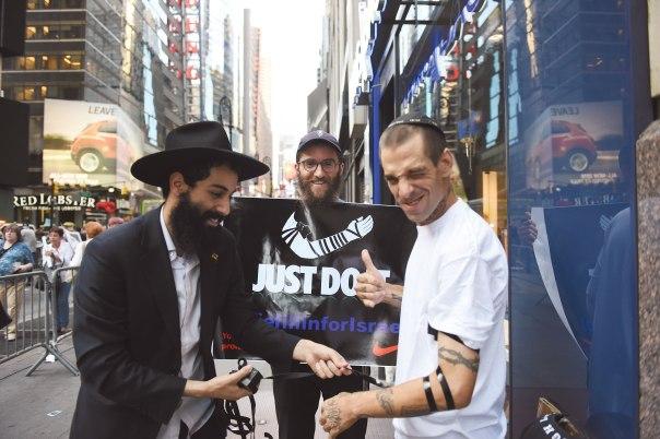 """התנועה הרפורמית מנסה ללמוד את מלאכת ה""""קירוב"""" מחב""""ד. הנחת תפילין בניו יורק צילום: שאטרסטוק"""