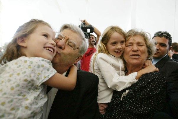 הסנהדרין יוכלו לעשות שימוש בטכניקות הביקורת השיפוטית שפיתח. אהרון ברק ומשפחתו בעת פרישתו מבית המשפט העליון, 2006 צילום: פייר תורג'מן, פלאש 90