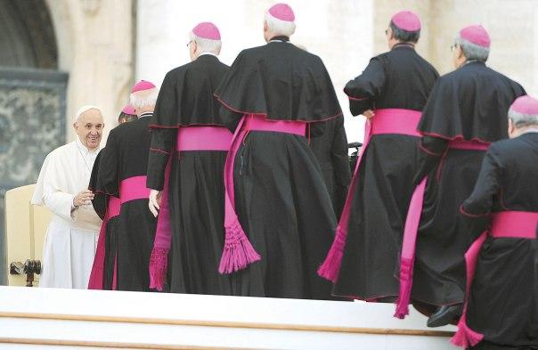 ליברל מדי? האפיפיור פרנציסקוס ונזירים בותיקן, 2015 צילום: אי.פי.אי