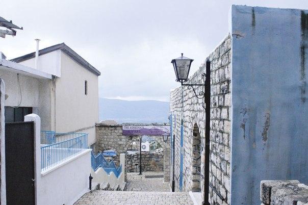 רומן שנכתב כמו ציור, בצבעי הערים בכחול ולבן. צפת צילום: Kayleigh Rappaport, פלאש 90