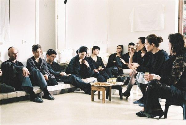 """כיצד מגדירים קרבה? משפחה יושבת שבעה, מתוך הסרט """"שבעה"""" צילום: באדיבות יס"""