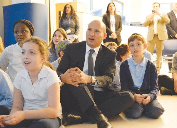 """""""רוצים להרוס את הגשר? אני לא!"""" השר בנט בבית הספר הקונסרבטיבי בביקורו האחרון בארה""""ב צילום: דוברות לשכת שר החינוך"""