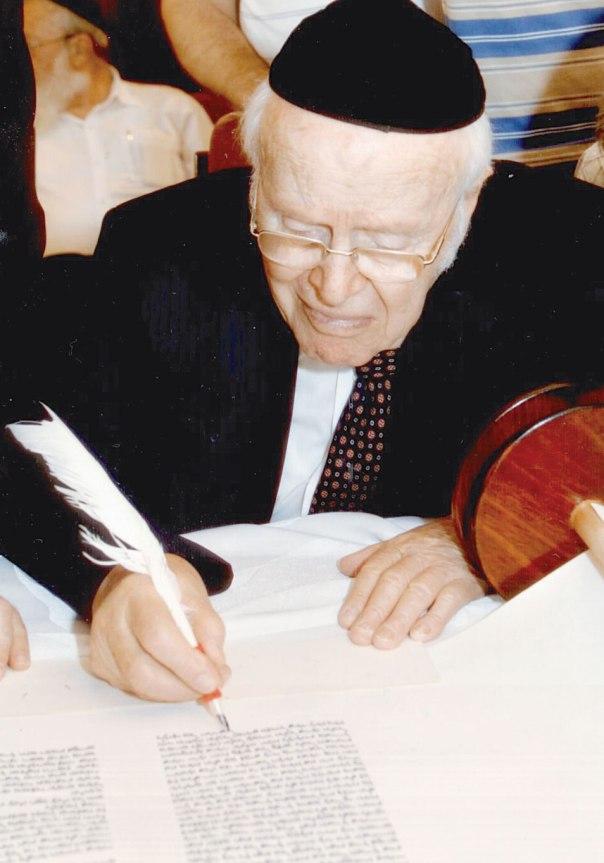 """משה ברין במעמד סיום כתיבת ספר תורה לזכר בני משפחתו, אלול תש""""ע;"""