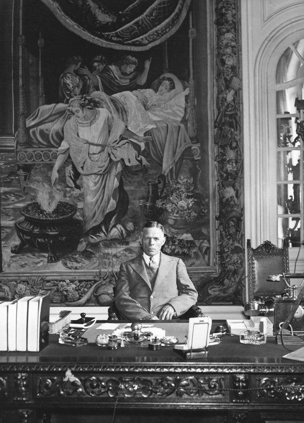 תצלום שעורר שעשוע אצל מי שהסתייגו ממינויו. השגריר וויליאם דוד מאחורי שולחנו. ברלין, יולי 1933 צילום: ullstein bild / The Granger Collection, New York