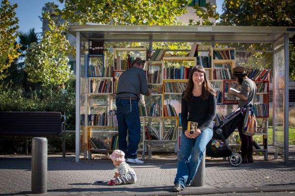 ספרייה חופשית ללא ספרנים, תמר וויס גבאי בחנת הקריאה בפארק המסילה צילום: פלאש 90