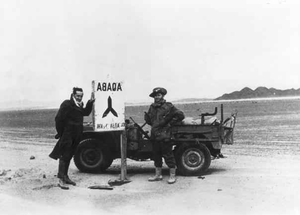 """כיצד ינהגו לוחמי הפלמ""""ח ברועה הערבי הזקן? נתן שחם (מימין) בבקעת הירח, מבצע עובדה, 1949 צילום: אוצר תמונות הפלמ""""ח"""