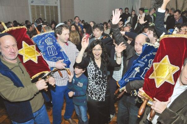 """""""החילוניים מתבוללים הרבה יותר מהקונסרבטיבים"""". הכנסת ספר תורה של הקהילה הקונסרבטיבית בארגנטינה צילום: התנועה המסורתית"""