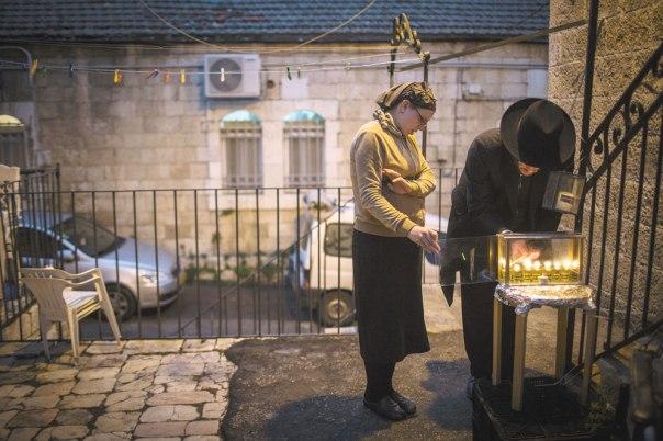 שני המאורות מסוגלים להתלכד ולא להאפיל זה על זו. הדלקת נרות חנוכה בנחלאות, ירושלים 2014  צילום: הדס פרוש, פלאש 90