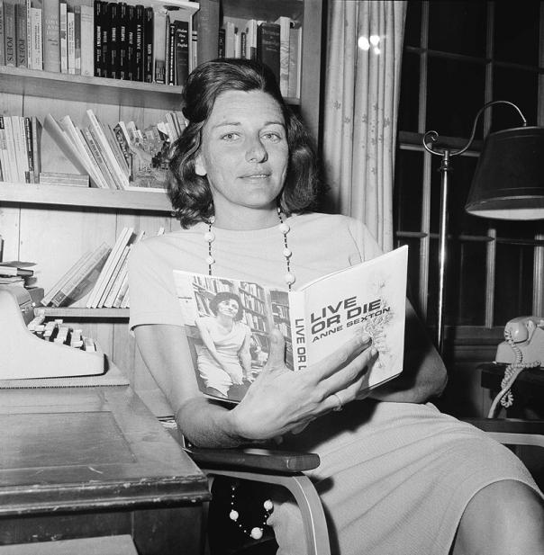 """מתיזה את הנפש על הדף. אן סקסטון מחזיקה בספרה זוכה פרס הפוליצר """"חיה או מות"""", 1967 צילום: אי.פי"""