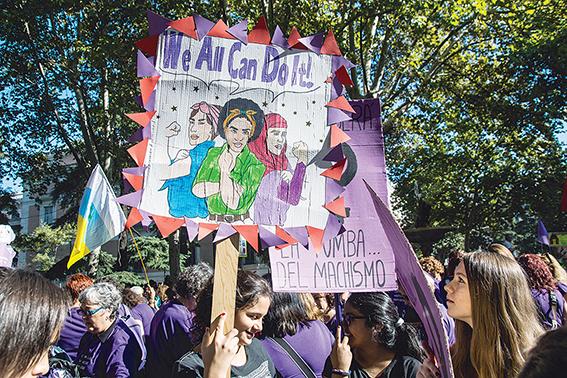 השוויון הגובר הוא שינוי לטובה, הבעיה היא ברצון לבטל את ההבחנה המגדרית. פמיניסטיות בהפגנה במדריד, 2015 צילום: גטי אימג'ס