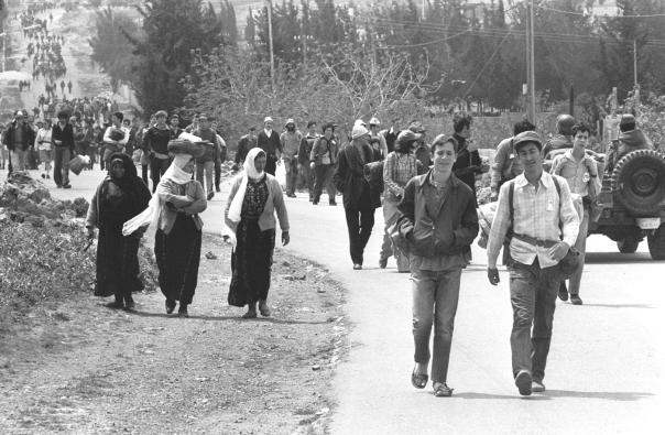 """תחושת העדר הנהגה. צעדה של חברי גוש אמונים ליריחו, 1976 צילום: משה מילנר, לע""""מ"""