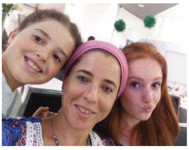 מעל כולם עמד כובע האִמהות שלך, שהיית כל כך גאה בו. דפנה מאיר ובנותיה צילום: באדיבות המשפחה