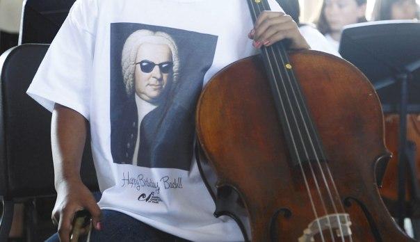 """להוריד את באך מן הכן הרם ולהציגו כבן אדם. נגן צ'לו באירוע """"באך בסאבווי"""" לציון יום הולדתו ה–330 של באך, קליפורניה 2015 צילום: אי.פי.אי"""