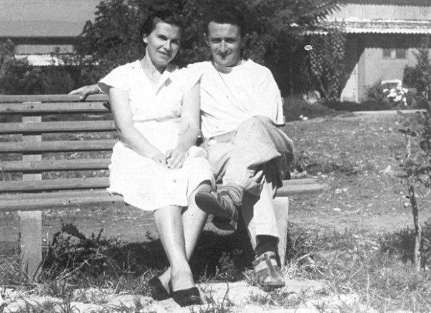 שילוב בין חלום, ביקורת ועשייה. מיכאל עם אשתו אסתר ליד ביתם בכפר בלום צילום: באדיבות המשפחהֿֿֿ
