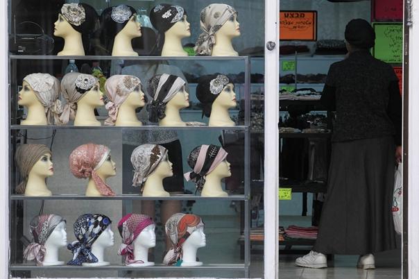 האם כשם שבטל הכיסוי לפנויות, הוא בטל אף לנשואות? חנות כיסויי ראש בירושלים צילום: נתי שוחט, פלאש 90