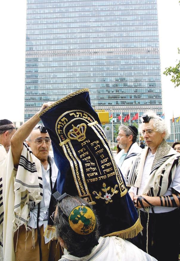 """שגרירים של עם ישראל. תפילה פומבית מול מטה האו""""ם בניו יורק, 2003 צילום: אי.פי.אי"""